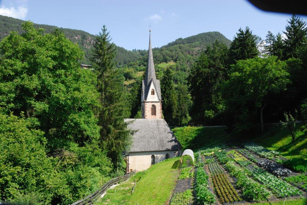 The Örtlhof with the church tower of the St.-Vigil-Church