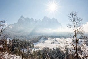 Der Örtlhof und die Winterlandschaft am Fuße des Schlerns